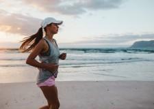 Los beneficios de correr por la playa que no conocías